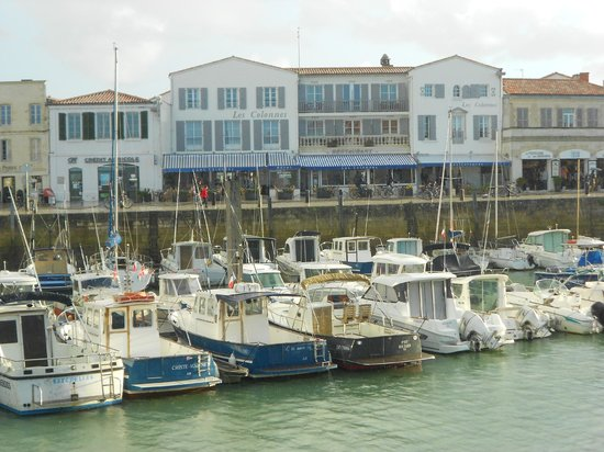 Les Colonnes : Hotel seen from other side of marina