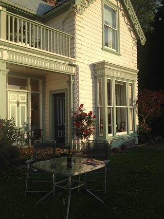 A Woodsy House: Entree aan de tuinzijde en de gezamenlijke kamer