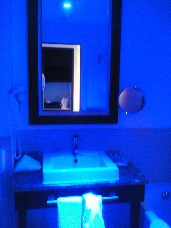 Pestana Chelsea Bridge: Room #808 - bathroom