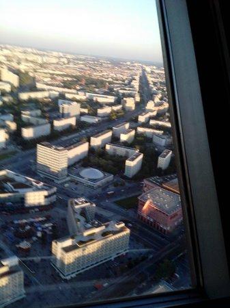 Berlin TV Tower: Vista panorâmica. Mas só assim obliquamente à janela que dá de obter fotos sem o próprio reflexo