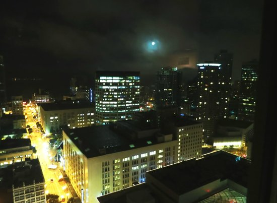 Grand Hyatt Seattle - Executiove Suite - High Floor - Full Moon from Room