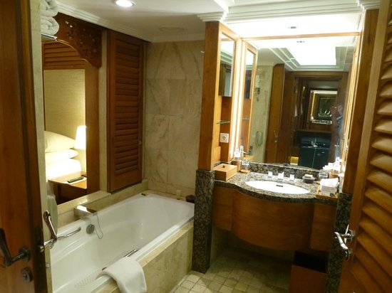 Nusa Dua Beach Hotel & Spa: Badezimmer