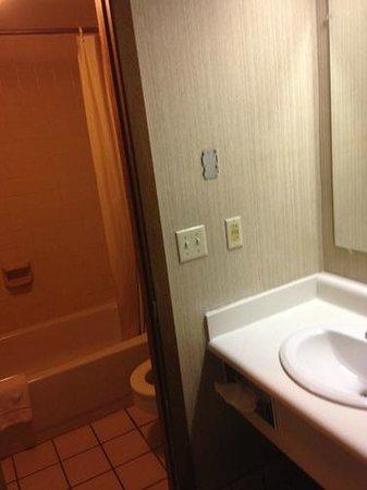 Knights Inn Dayton North: Bathroom