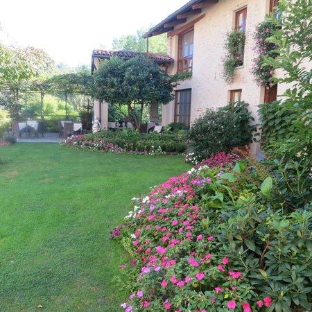 Hotel Castello di Sinio: Courtyard area