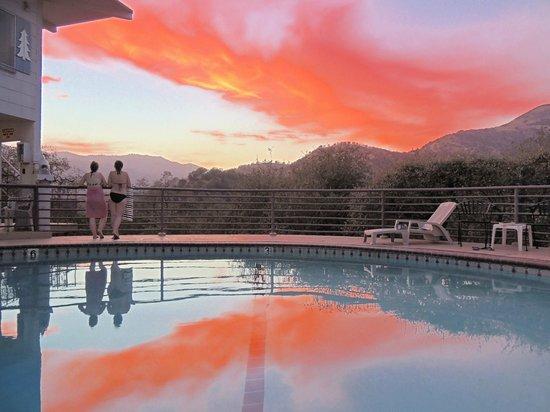 Sierra Lodge: вид от бассейна на окрестности