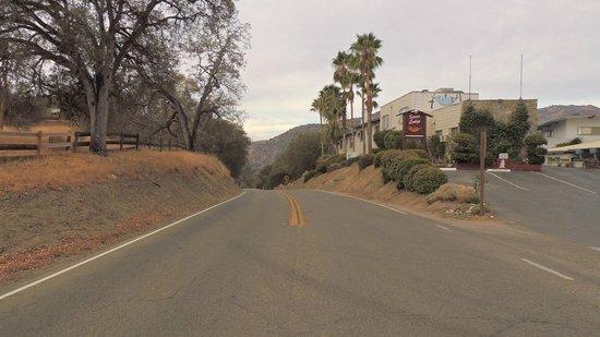 Sierra Lodge : дорога рядом с отелем