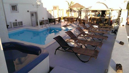 Nomikos Villas : Pool and bar area