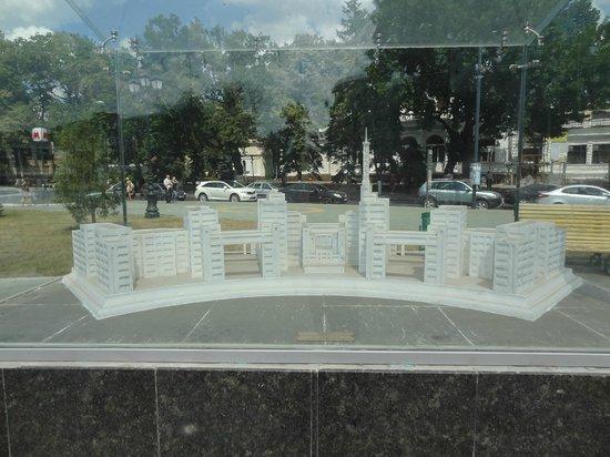 Lovers Fountain: Miniature white marble replicas