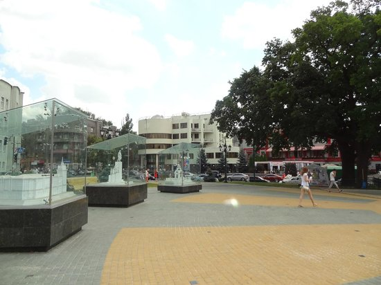 Lovers Fountain: Miniature white marble replicas - Street view