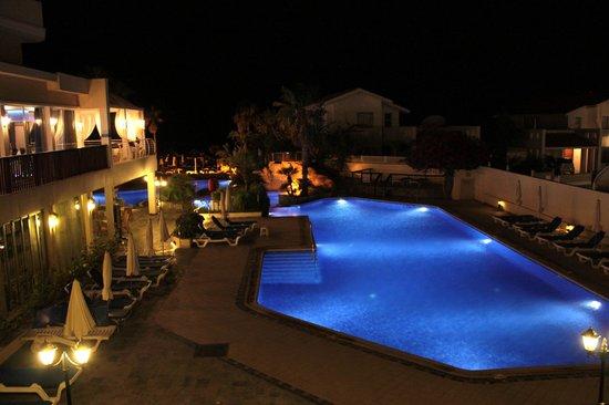 Lordos Beach Hotel: Pool at Nighttime