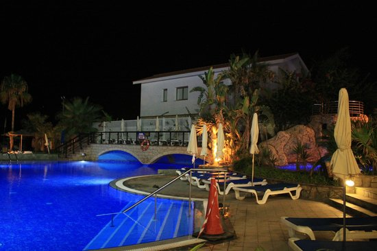 Lordos Beach Hotel: Pool area