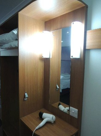 Premier Inn Reading (Caversham Bridge) Hotel: Vanity area, mirror and hair dryer