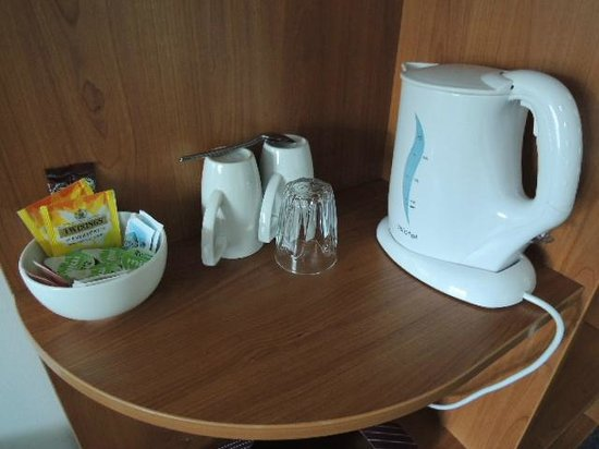 Premier Inn Reading (Caversham Bridge) Hotel: electric kettle and mugs