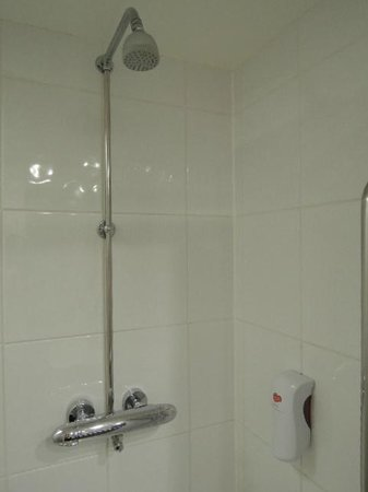 Premier Inn Reading (Caversham Bridge) Hotel: shower cubicle