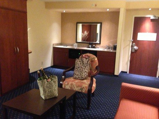Courtyard Jacksonville Flagler Center : Living area of suite