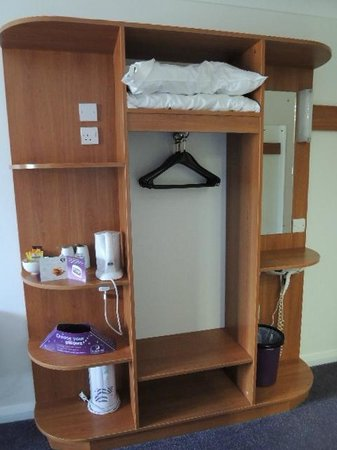 Premier Inn Reading (Caversham Bridge) Hotel: Clothes and pillow storage