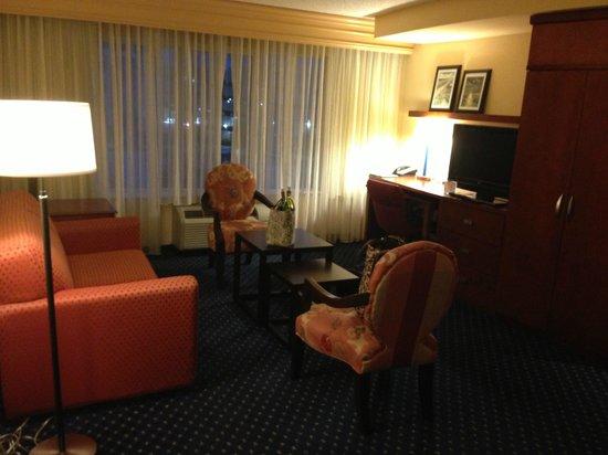 Courtyard by Marriott Jacksonville Flagler Center: Suite living room