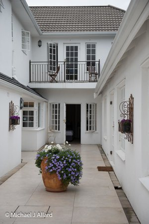 Constantia White Lodge: Central Walkway