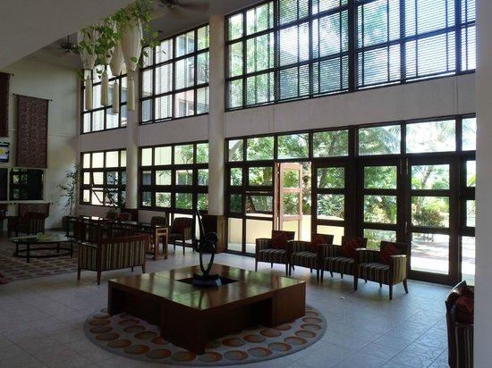 Hulhule Island Hotel: lobby