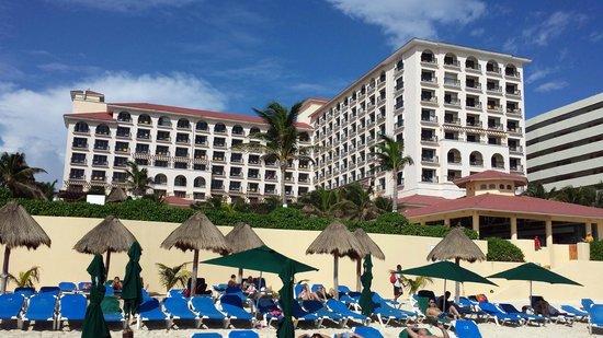 GR Solaris Cancun : Hotel from beach