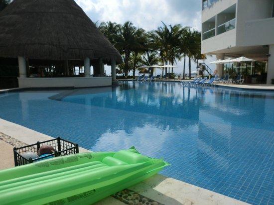 Isla Mujeres Palace: empty pool