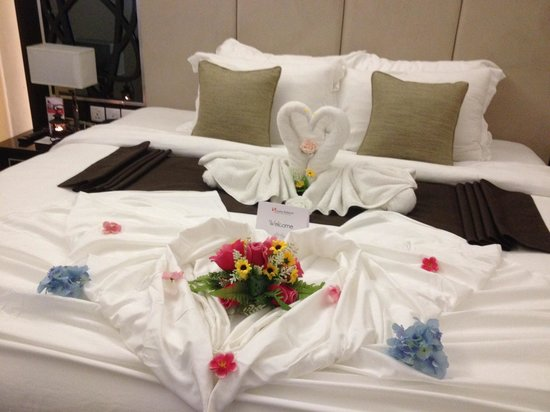 Swiss-Belhotel Harbour Bay: Look at the lovely swans made with towels!!