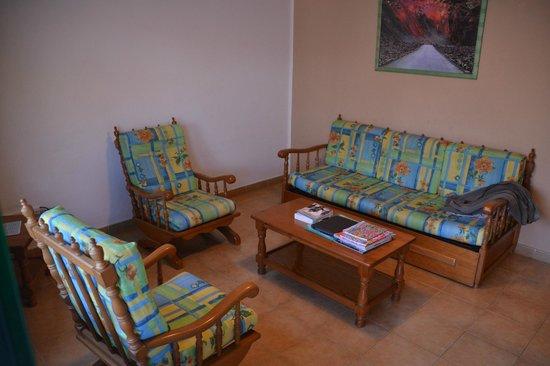Hyde Park Lane: Salon : divan, deux fauteuils, table basse, TV