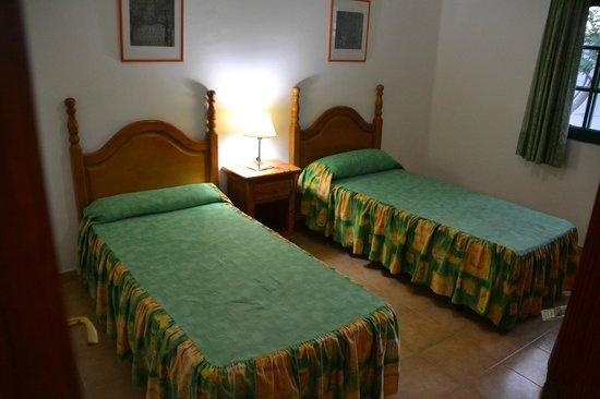 Hyde Park Lane: La chambre lits jumeaux avec grands placards encastrés