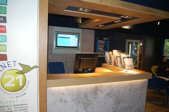 Ibis Budget Duesseldorf Airport: Front desk