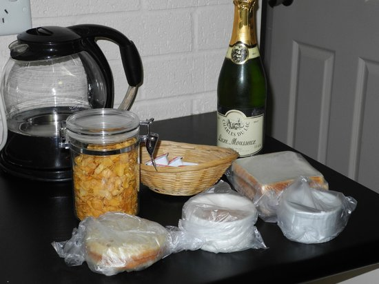 Salamander Beach Accommodation : our basic breakfast with a bottle of cheap champers