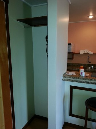New Life Piracicaba Apart Hotel: Closet e maleiro