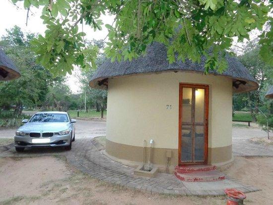 Pretoriuskop Restcamp: Place de parking à côté de la hutte.