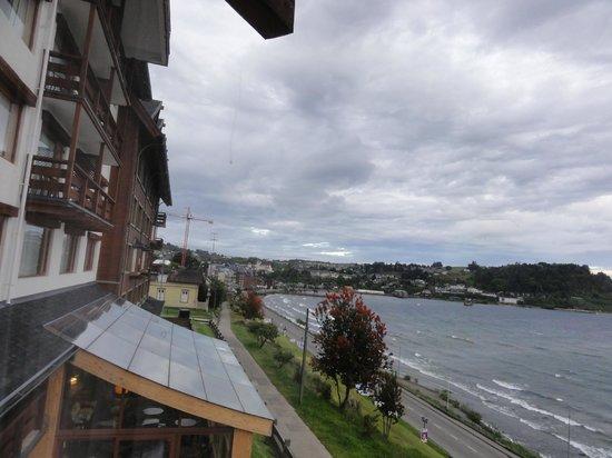 Hotel Cumbres Puerto Varas: Vista da janela lateral do quarto