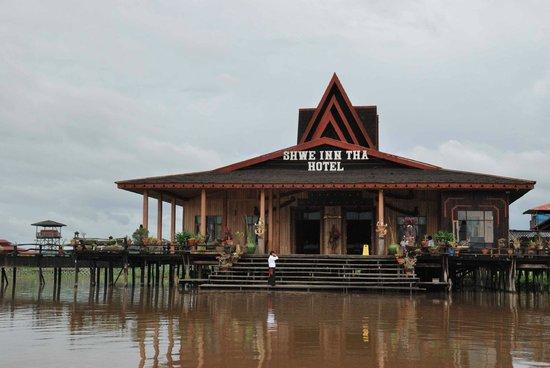 Shwe Inn Tha Floating Resort: Lobby and Restaurant