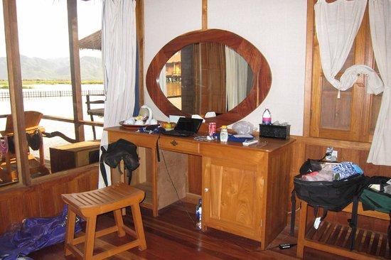 Shwe Inn Tha Floating Resort: Desk