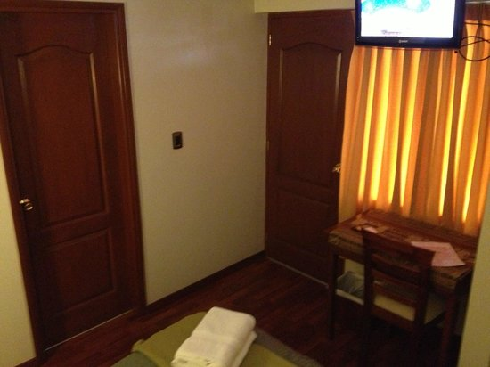 Antawasi Hotel : Door and windows offer no sound insulation