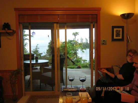 Reef Point Oceanfront B&B: View from room onto patio and ocean