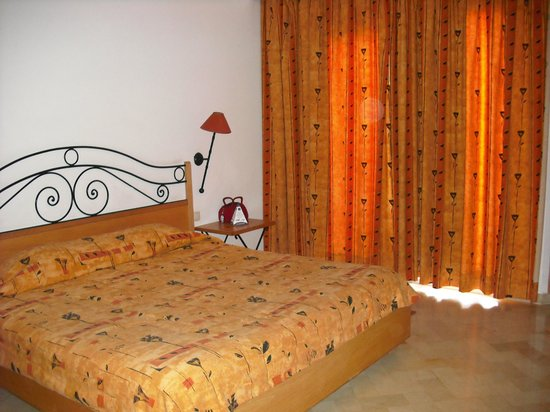 Chich Khan hotel : lovely bedroom with patio, and a crib
