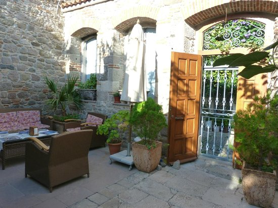 Hera Boutique Hotel: The entry courtyard
