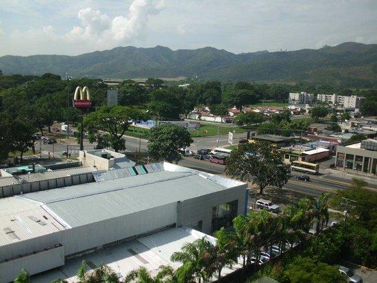 GH Guaparo Inn: Vista da avenida onde fica o hotel