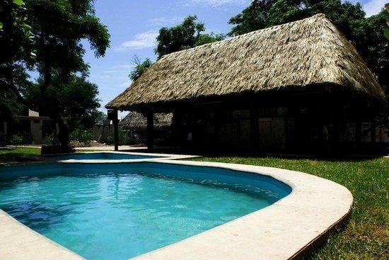 Hotel Xcaanda: Area de alberca y restaurante.