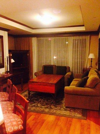 Mercure Casa Veranda Guatemala: Entertaining area of 2-room king suite.
