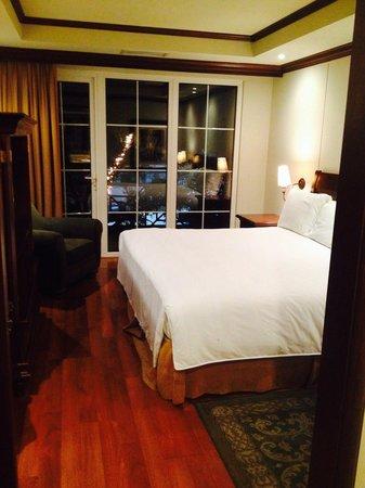 Mercure Casa Veranda Guatemala: Bedroom of king suite with outdoor balcony.