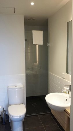 Mercure Melbourne Therry Street: Bathroom with large tiled shower (Superior Room)