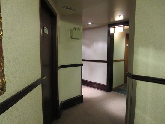 Whistlers Inn: odd corners in hallway; neat old building