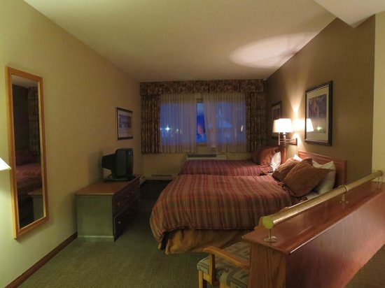 Whistlers Inn: CRT TV, comfy beds, good AC