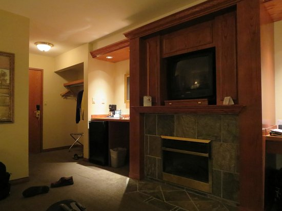 Whistlers Inn: CRT TV, electric fireplace