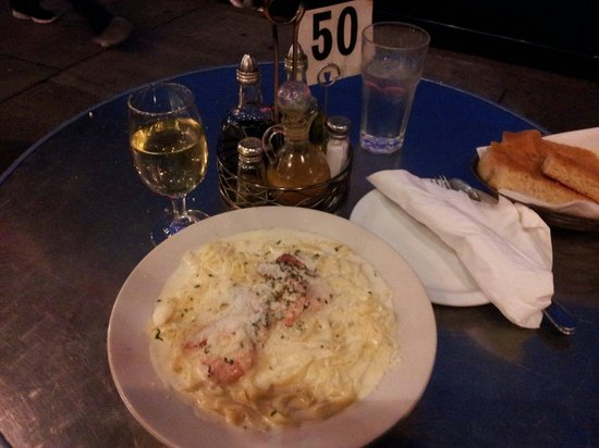 Caffe Greco: PASTA with Alfredo sauce and prawns. Nice....