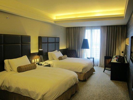 The Bellevue Manila: Deluxe Room in tower building