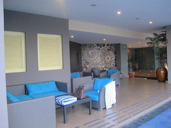 The Bellevue Manila: Pool lounge